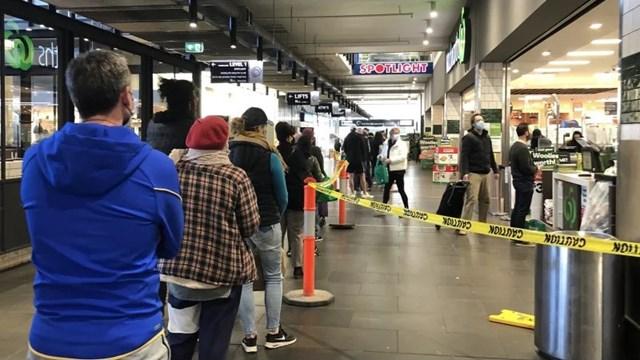 Ngay từ khi chính quyền chưa tuyên bố tình trạng thảm họa, người dân thành phố Melbourne đã xếp hàng dài bên ngoài siêu thị để mua đồ tích trữ. Nguồn: WENDY TOUHY.
