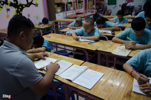 Lớp học hoạt động từ 18h45 - 21h00 mỗi ngày.