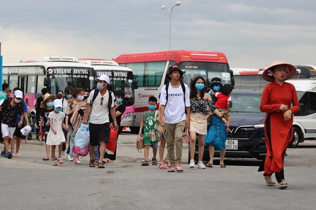 Số lượng khách rời đảo Cát Bà đông, trong khi bến tàu chật không thể sắp xếp một lúc nhiều xe đậu chờ đón. Ảnh: Giang Chinh.