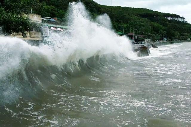 Ngày 1/8, tại biển Đồ Sơn, sóng lớn đánh vào bờ kè tạo thành những cột nước cao tới 6 m. Ảnh: Giang Chinh.