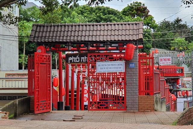 Hàng quán trên đường Đinh Tiên Hoàng, TP Buôn Ma Thuột tạm nghỉ vì dịch Covid-19. Ảnh: Ngọc Oanh.
