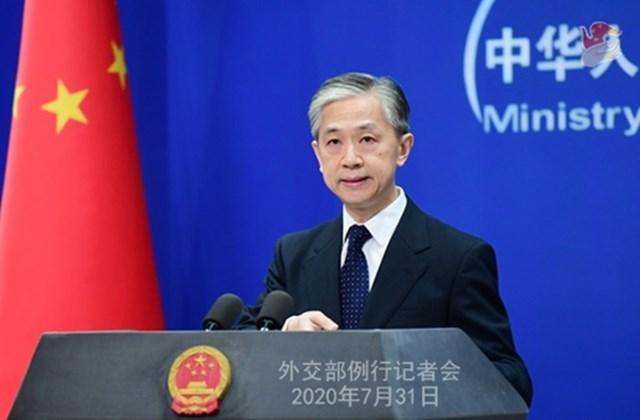 Phát ngôn viên Vương Văn Bân họp báo ở Bắc Kinh hôm 31/7. Ảnh: Bộ Ngoại giao Trung Quốc.