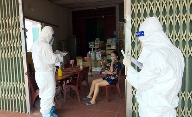 Nhân viên y tế kê khai và lấy mẫu xét nghiệm ở xã Yên Định, Sơn Động ngày 5/8. Ảnh:Nguyễn Hoà.