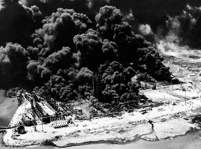 Những cột khói đen dày đặc bốc lên từ Công ty hóa chất Monsanto đang cháy dữ dội, sau vụ nổ từ một con tàu chở hàng cập cảng gần cảng Texas City, Texas, vào ngày 16/4/1947.