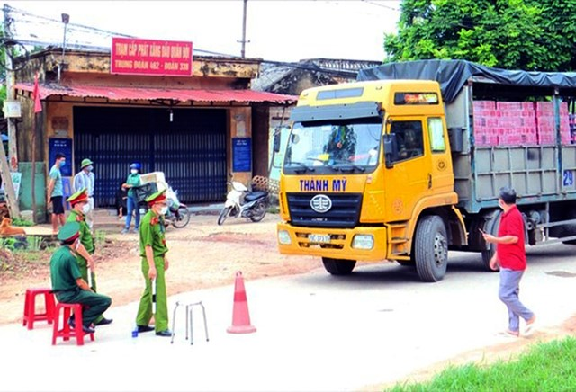 Một số tuyến đường xã Yên Định, Sơn Động bị phong toả để cách ly. Ảnh: Nguyễn Hoà.