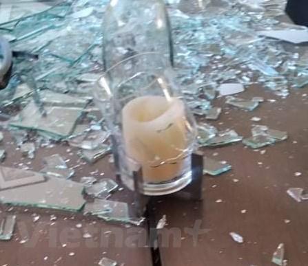 Đồ đạc trong nhà đổ vỡ do ảnh hưởng từ vụ nổ. (Nguồn: Vietnam+).