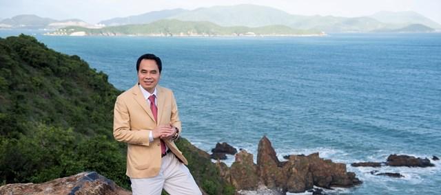 Ông Nguyễn Văn Tưởng (Chủ tịch Trầm Hương Khánh Hòa) bên bờ biển Nha Trang.