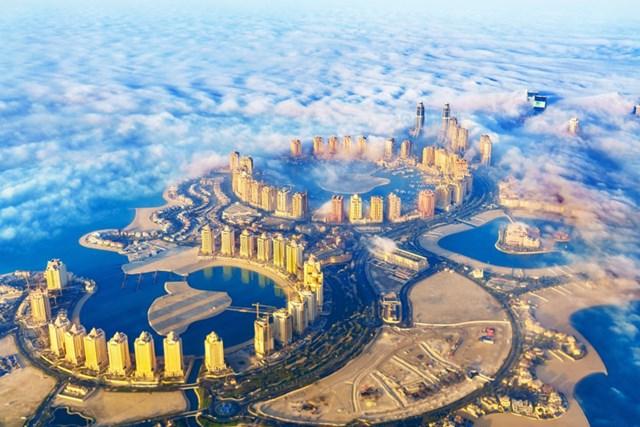 Toàn cảnh thành phố Qatar (Đô-ha) từ trên cao. Đây được coi là khu vực sở hữu các bất động sản và dịch vụ đẳng cấp nhất trên thế giới, thu hút giới tinh hoa trên toàn thế giới đến để định cư, làm việc và cống hiến.