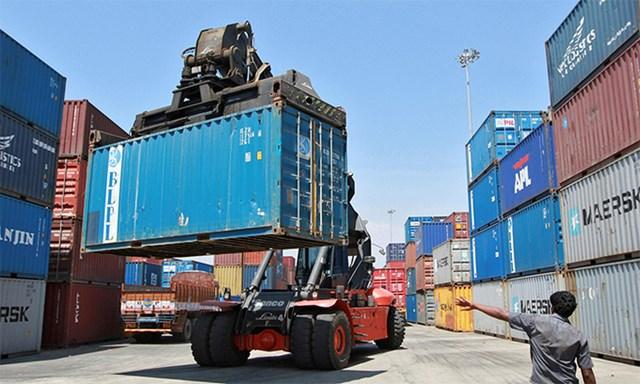 Xe nâng hàng chuyển một container tại cảng Chennai, Ấn Độ, tháng 3/2012. Ảnh: Reuters.