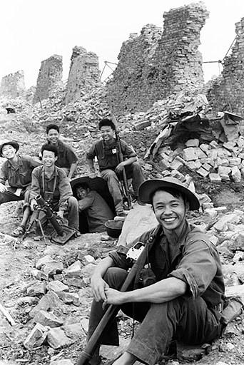 Nụ cười chiến thắng dưới chân Thành cổ Quảng Trị. Ảnh: Đoàn Công Tính.