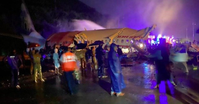 Chiếc máy bay bị vỡ làm đôi tại hiện trường (Ảnh: timesnownews).