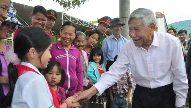 Nguyên Tổng Bí thư Lê Khả Phiêu thăm làng Phương Trung, xã Đại Quang, huyện Đại Lộc, tỉnh Quảng Nam, tháng 3/2016. Ảnh: Hoàng Liên.