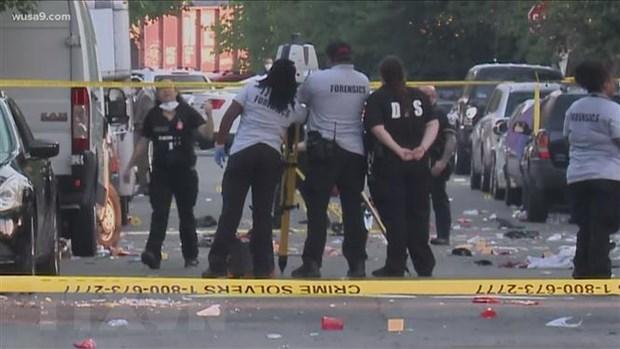 Lực lượng chức năng điều tra tại hiện trường vụ nổ súng ở thủ đô Washington, DC, Mỹ. (Ảnh: Wusa9/TTXVN).