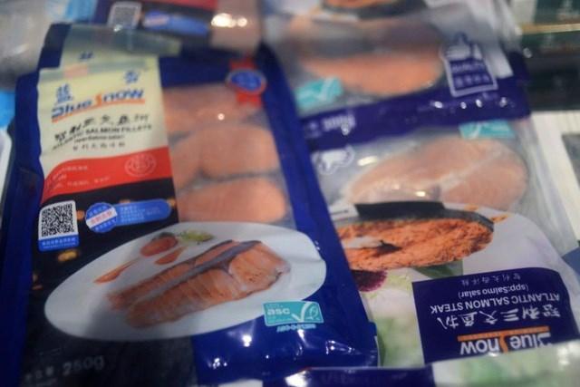 Hải sản đông lạnh được bán tại siêu thị ở Bắc Kinh ngày 17/6. (Ảnh: Reuters).