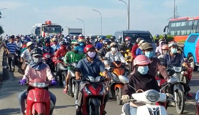 Giao thông trên tuyến quốc lộ 1, hướng vào trung tâm thành phố bị ùn tắc vào ngày đầu tuần.
