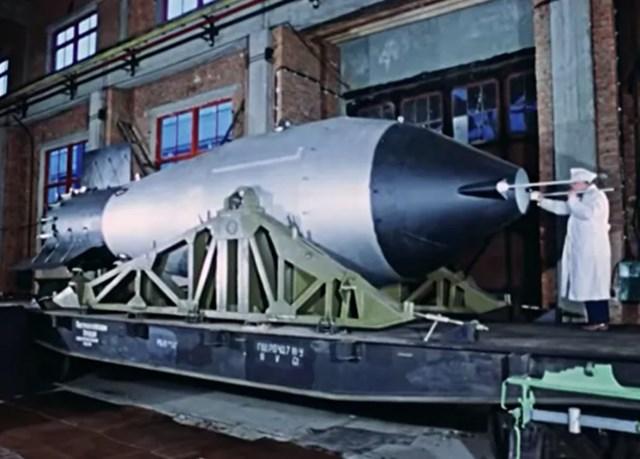 """Sản phẩm 202 """"Tsar Bomba"""" chuẩn bị được đưa lên tàu đến nơi thử nghiệm."""