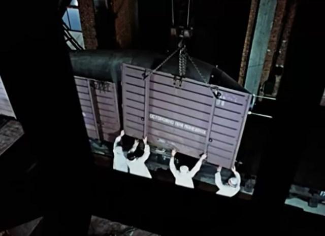 """Xe lửa vận chuyển Sản phẩm 202 """"Tsar Bomba"""" được ngụy trang như một chiếc xe chở gia súc bình thường."""