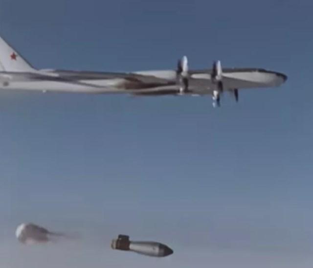 """Quả bom nhiệt hạch """"Tsar Bomba"""" 50 megaton được thả từ một máy bay ném bom Tu-95V xuống Novaya Zemlya, Liên Xô, vào ngày 30/10/1961."""
