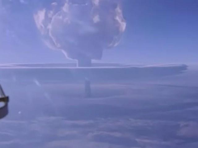 Khi nhìn từ một máy bay quan sát, vụ nổ trông như một đám mây hình nấm.