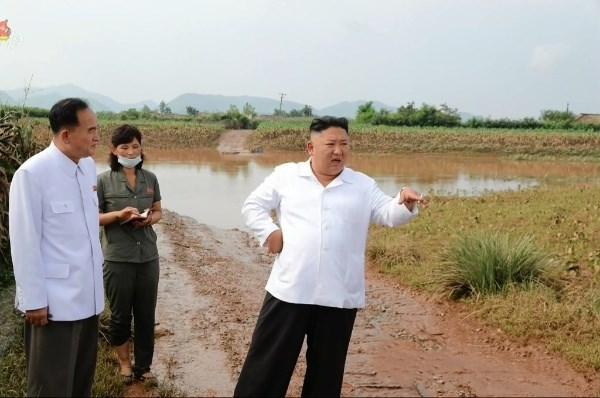 Ông Kim Jong-un thăm khu vực bị ảnh hưởng sau lũ lụt ở phía Đông Bắc triều Tiên hồi cuối tháng 8/2020. Ảnh: Reuters.