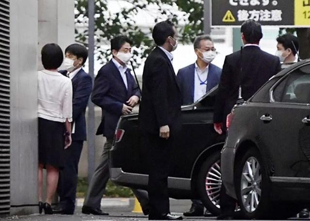 Thủ tướng Nhật Bản Abe Shinzo lên ô tô rời khỏi Bệnh viện Đại học Keio ở Tokyo, Nhật Bản, ngày 17/8/2020. Ảnh: Kyoto.