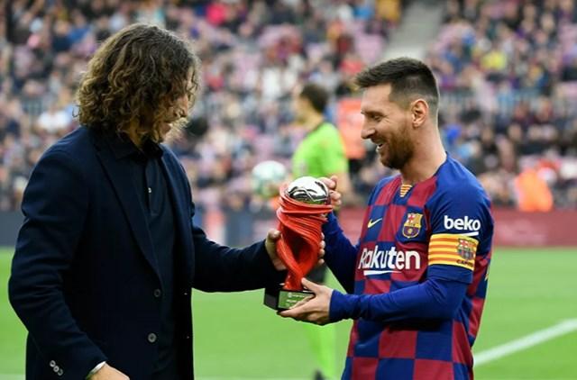 Lionel Messi nhận giải Cầu thủ xuất sắc nhất tháng của Liga từ cựu cầu thủ của Barcelona, Carles Pujol trước trận đấu tại của giải VĐQG Tây Ban Nha giữa Barcelona và Deportivo Alaves tại sân vận động Camp Nou, Barcelona, ngày 21/12/2019.