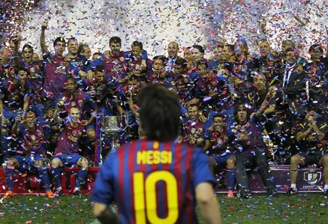 Messi ăn mừng cùng các đồng đội sau trận đấu cuối cùng ở Copa del Rey với Athletic Bilbao tại sân vận động Vicente Calderon ở Madrid, Tây Ban Nha, Thứ ngày 25/5/2012.
