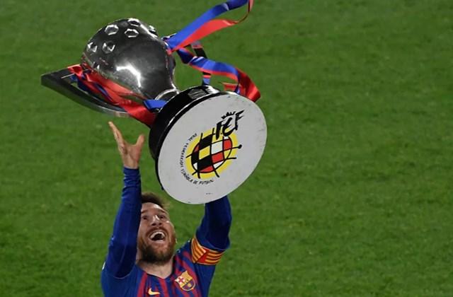 Messi ăn mừng khi FC Barcelona trở thành nhà vô địch La Liga sau khi giành chiến thắng trong trận đấu với Levante UD tại sân vận động Camp Nou ở Barcelona.