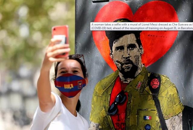 Một người phụ nữ chụp ảnh với bức tranh tường của Lionel Messi trong trang phục Che Guevara tại Barcelona, Tây Ban Nha, ngày 30/8/2020.