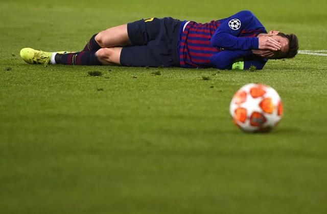 Messi, tỏ ra đau đớn trong trận đấu lượt về vòng 16 UEFA Champions League giữa Barcelona và Olympique Lyonnais tại sân vận động Camp Nou, Barcelona, ngày 13/3/2019.