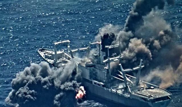 Hỏa lực từ các tàu và máy bay tham gia cuộc tập trận Vành đai Thái Bình Dương (RIMPAC) đánh chìm tàu chở hàng đổ bộ đã ngừng hoạt động USS Durham (LKA 114), ngày 30/8.