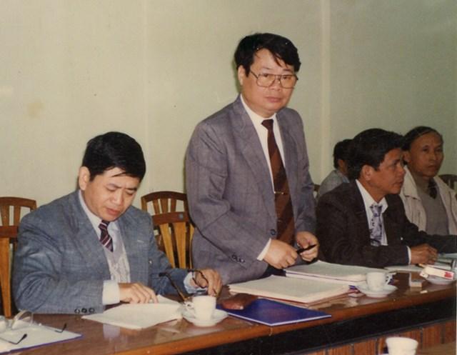 GS.TS Hà Chu Chử (người đứng) là Chủ tịch Hội đồng nghiệm thu đề tài cấp nhà nước KN03-12 (tháng 4/1996).