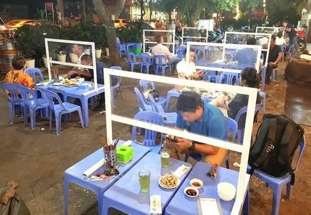 Một số quán ăn đã lắp vách kính.