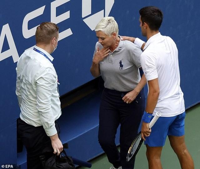Đánh bóng trúng cổ trọng tài dây, Djokovic bị truất quyền thi đấu ởUS Open (Ảnh: EPA).