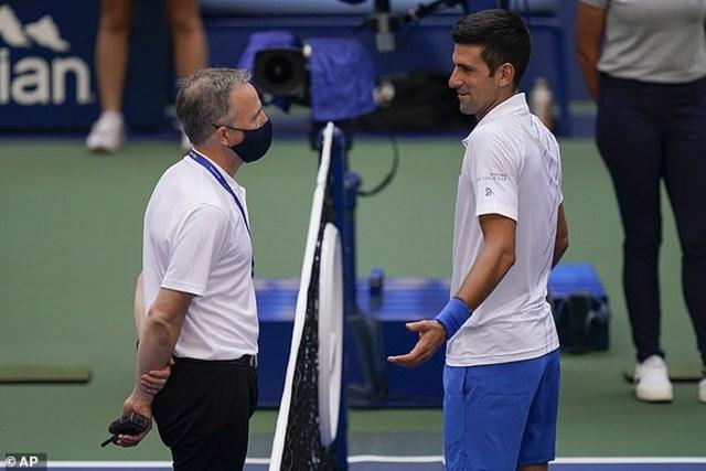 Djokovic có khoảng 15 phút trao đổi với trọng tài chính và tổng trọng tài nhưng cuối cùng vẫn phải chấp nhận bị loại. (Ảnh: AP).