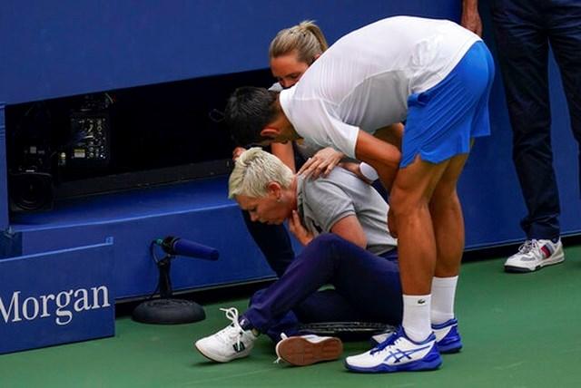 Djokovic bị loại sau khi đánh bóng trúng cỗ nữ trọng tài.