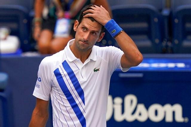 Nole trở thành tay vợt đánh đơn đầu tiên ở Grand Slam bị loại bở đánh bóng bất cẩn mà không quan tâm tới hậu quả.
