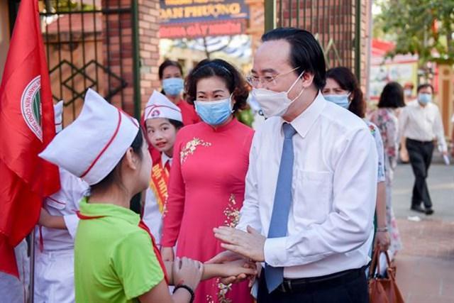 Bộ trưởng Bộ GD-ĐT Phùng Xuân Nhạ dặn dò các em học sinh luôn chú ý giữ gìn sức khỏe, bước vào năm học mới với tâm thế tốt nhất.