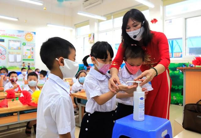 Giáo viên Trường Tiểu học Bà Triệu (quận Hai Bà Trưng, Hà Nội)hướng dẫn học sinh rửa tay sát khuẩn để phòng, chống dịch Covid-19.