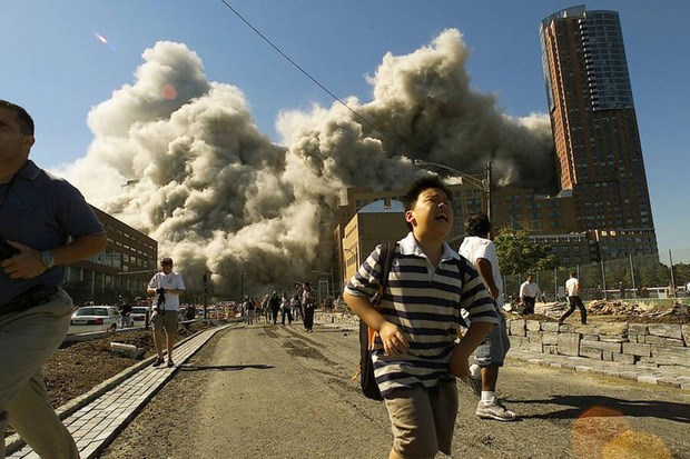 Mọi người chạy khỏi Trung tâm Thương mại Thế giới khi tòa tháp thứ 2 sụp xuống tạo nên những đám bụi khổng lồ trên đường phố.Ảnh: Allthatsinteresting.