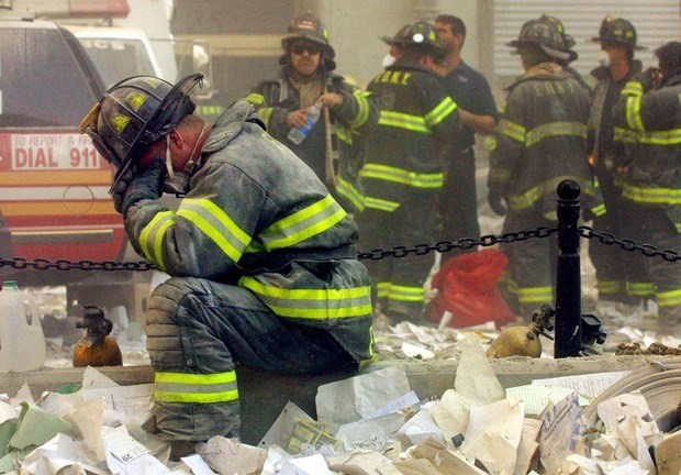 Một người lính cứu hỏa ngồi sụp xuống sau khi Trung tâm Thương mại Thế giới đổ sập.Ảnh: Allthatsinteresting.