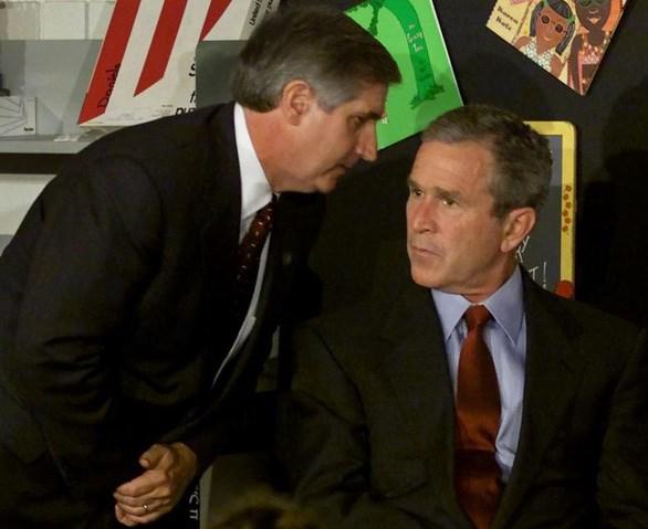 Chánh văn phòng Nhà trắng thông báo cho Tổng thống Bush về sự cố khủng bố. Ảnh: Reuters.