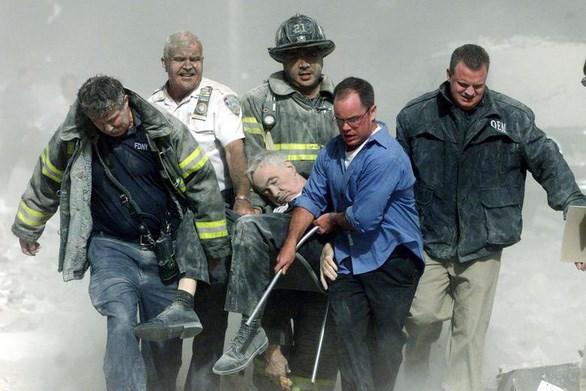 Lực lượng cứu hộ khiêng các nạn nhân ra khỏi hiện trường vụ tấn công 11/9. Ảnh: Reuters.