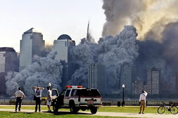 Phần còn lại của WTC, tháp Bắc bốc khói nghi ngút sau khi tháp Nam sập. Ảnh: Reuters.