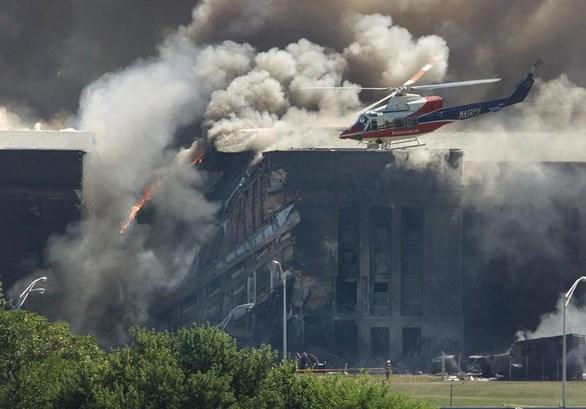 Trực thăng cứu hộ khảo sát thiệt hại trong khi lực lượng cứu hỏa khống chế ngọn lửa ở Lầu Năm Góc, tòa nhà Bộ Quốc phòng Mỹ. Ảnh: Reuters.