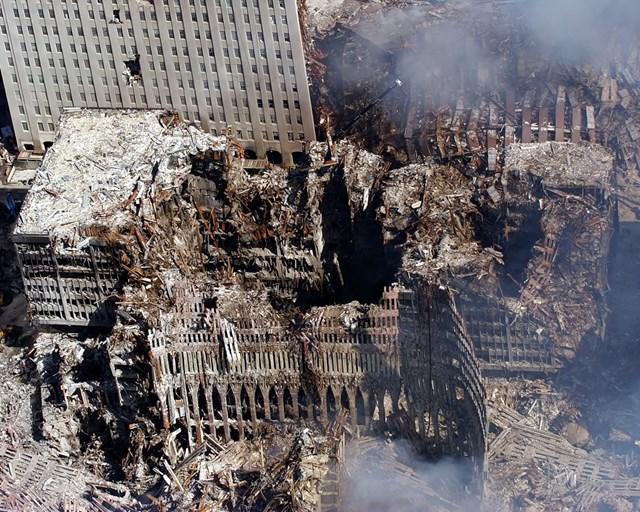 Hiện trường khu phức hợp Trung tâm Thương mại Thế giới New York sau vụ tấn công 11/9. Ảnh: AP.