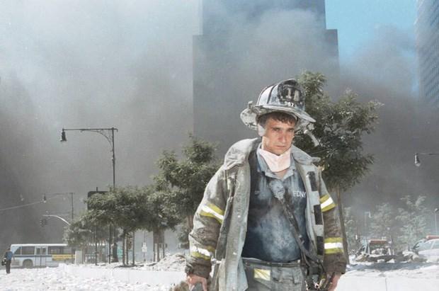 Một người lính cứu hỏa không rõ danh tính bước ra từ Ground Zero - khu vực từng là nơi tọa lạc của Trung tâm Thương mại Thế giới sau khi Tòa Tháp Đôi sụp xuống.Ảnh: Allthatsinteresting.