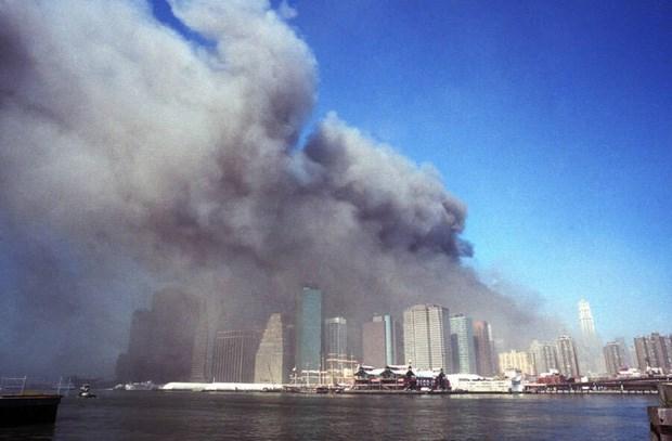 Những tòa tháp đang bốc cháy nhìn từ Brooklyn. Vụ tấn công do ông trùm của tổ chức khủng bố Al Qaeda là Osama bin Laden lên kế hoạch này đã khiến 2.977 người thiệt mạng ở thành phố New York, Washington DC và ngoại ô Shanksville, Pennsylvania.Ảnh: Allthatsinteresting.
