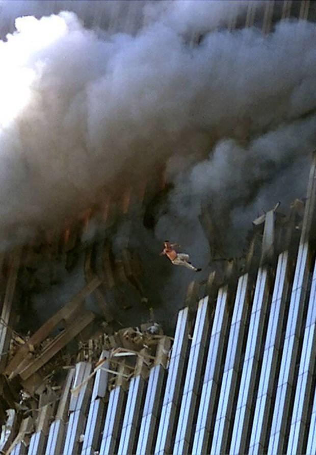 Một trong nhiều nạn nhân bị mắc kẹt đã lựa chọn nhảy xuống thay vì bị thiêu cháy và chết ngạt bởi lửa và khói trong tòa tháp.Ảnh: Allthatsinteresting.