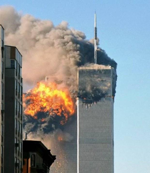 8h 46 phút ngày 11/9/2001, những kẻ khủng bố đã điều khiển chiếc máy bay đầu tiên lao vào Trung tâm Thương mại Thế giới. Trong vòng 102 phút, tòa Tháp đôi 110 tầng đã đổ sụp xuống.Ảnh: Allthatsinteresting.
